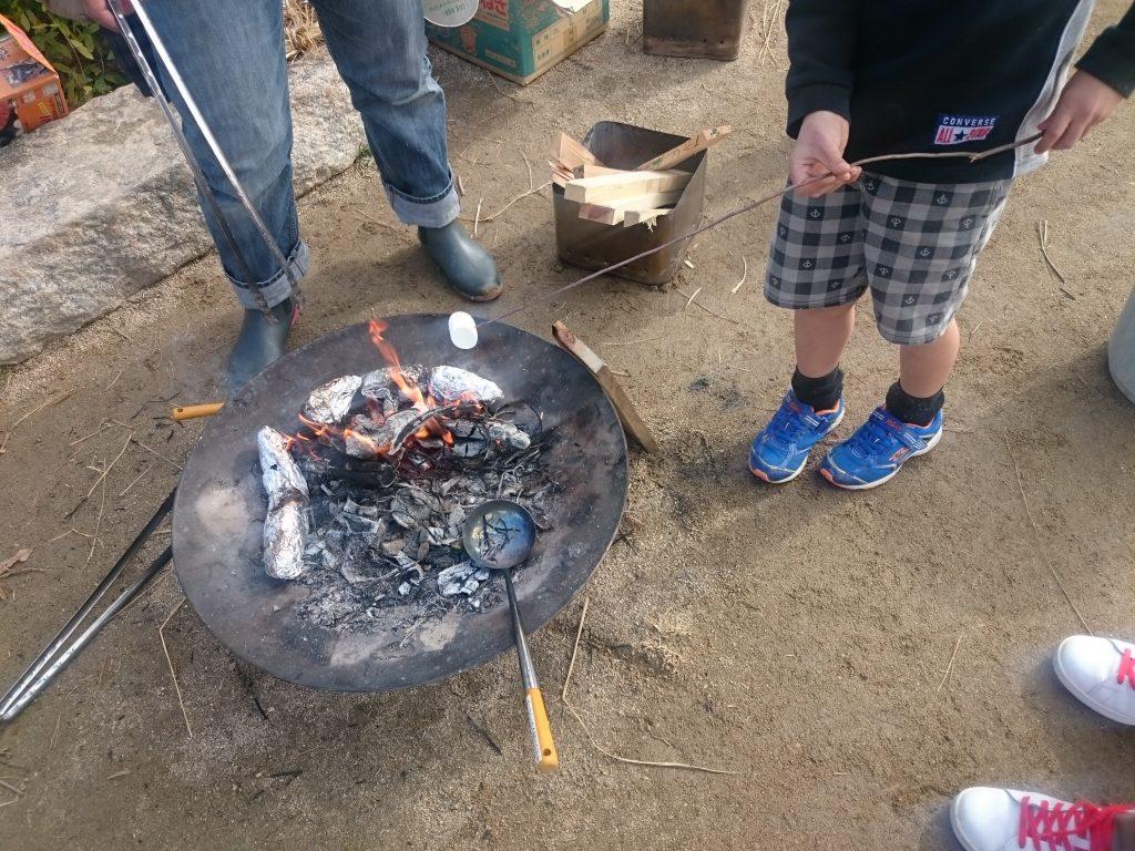 キャンプ初心者が楽しめる焼きマシュマロ 簡単スイーツ