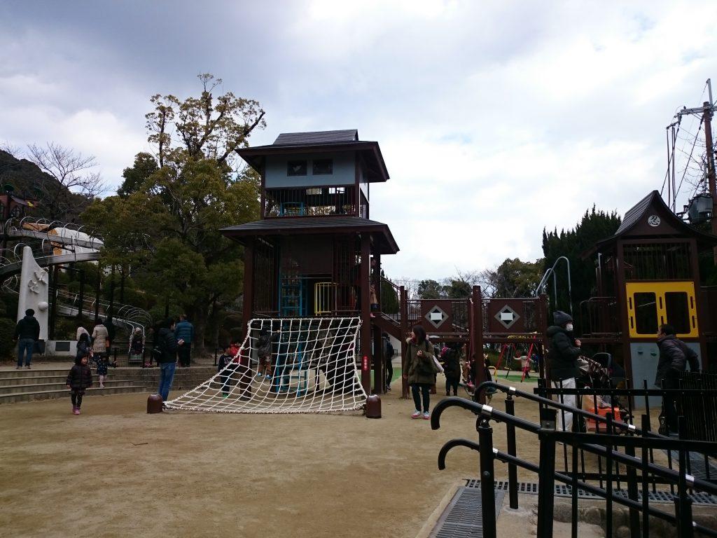 駐車場のある五月山公園の忍者のとりでで公園遊び