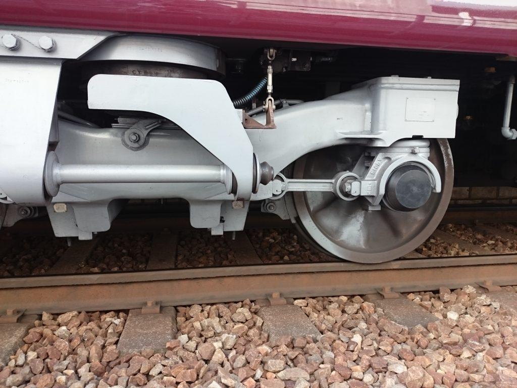 近くで電車が見られる 車輪の見える秘密の通路 阪急宝塚線