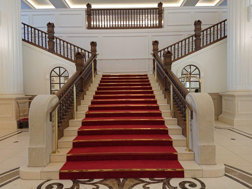 宝塚ホテル 赤絨毯 フォトスポット 階段