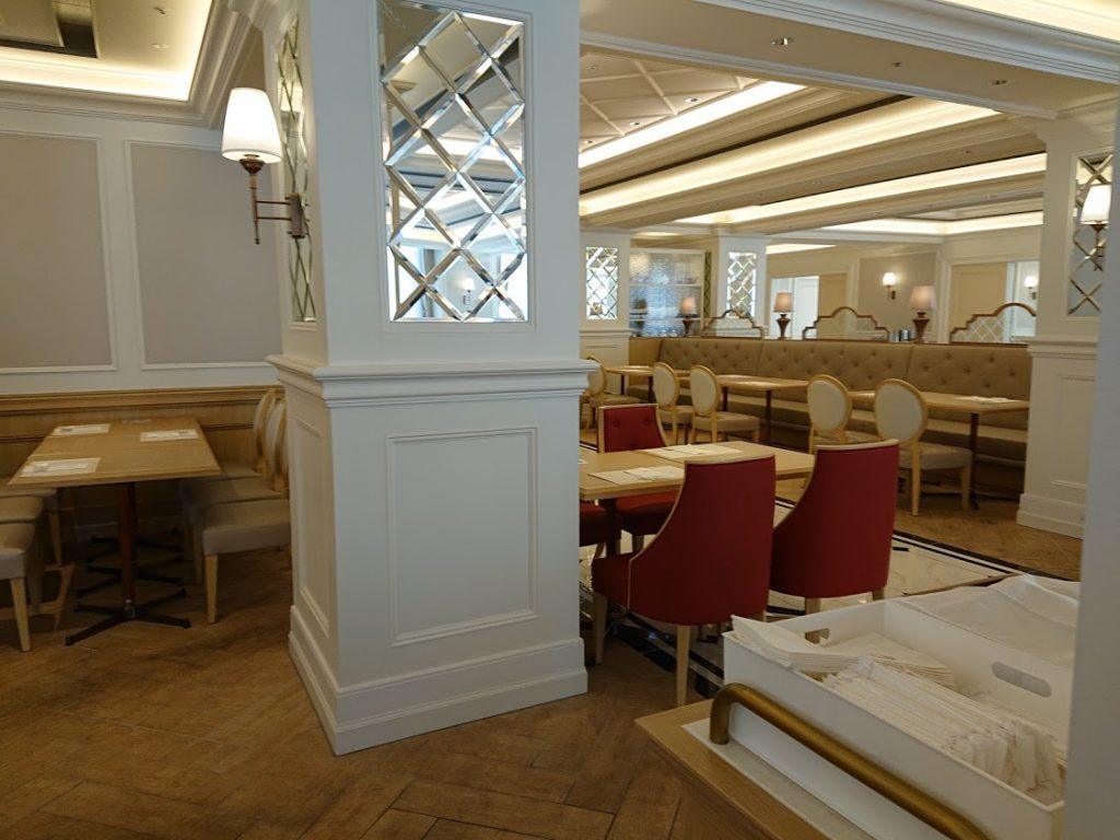 宝塚ホテル2階にある  ビュッフェ&カフェレストラン「アンサンブル」店内