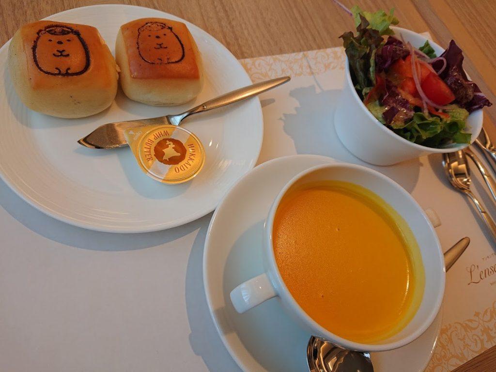 宝塚ホテル2階にある  ビュッフェ&カフェレストラン「アンサンブル」 すみっこぐらしランチ
